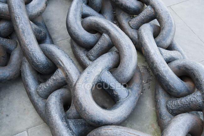 Vista ravvicinata della catena di ancoraggio in metallo — Foto stock