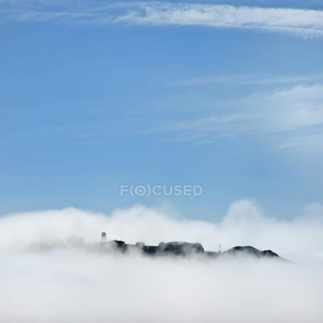 Скелясті землі, неясними білими хмарами у синьому небі, Сан-Франциско, Каліфорнія, США — стокове фото