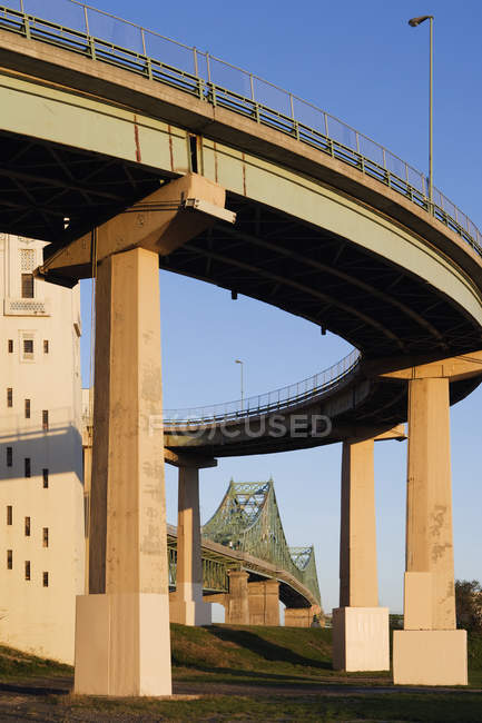 Low angle view of overpass structure and bridge, Montreal, Quebec, Canada — Fotografia de Stock