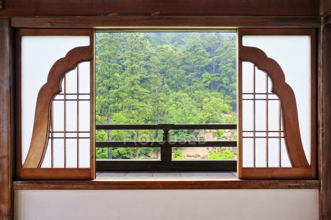 Offene Glocke geformt traditionelle asiatische Fenster in Japan — Stockfoto