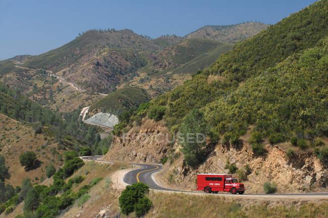 Sierra Nevada montagnes route avec camion de pompiers rouge, Californie, États-Unis — Photo de stock