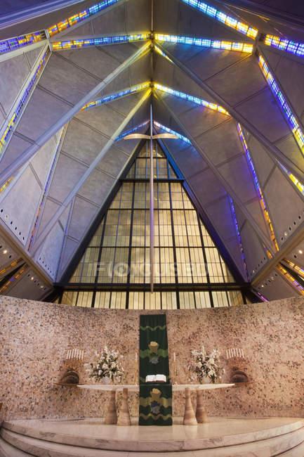 Usaf Academy Cadet Chapel intérieur de bâtiment avec illumination à Colorado Springs, Colorado, États-Unis — Photo de stock