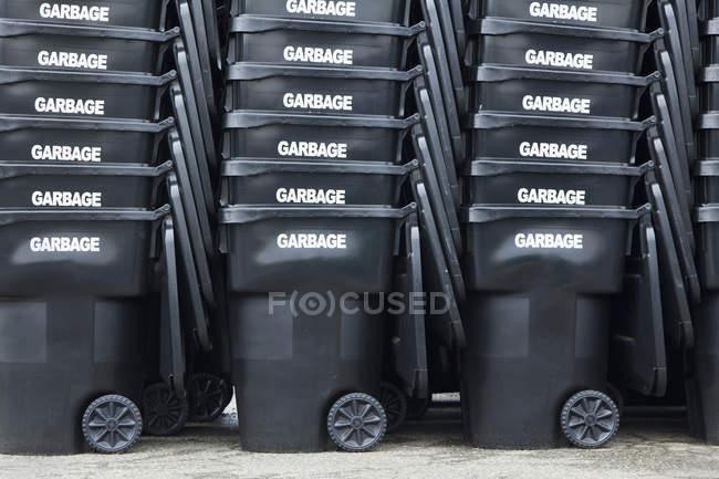 Escaninhos de lixo pretos empilhados, Seattle, Washington, Estados Unidos — Fotografia de Stock