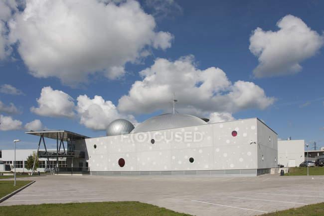 Ахаа науковий центр екстер'єр і Синє небо з хмарами у Тарту, Естонія — стокове фото