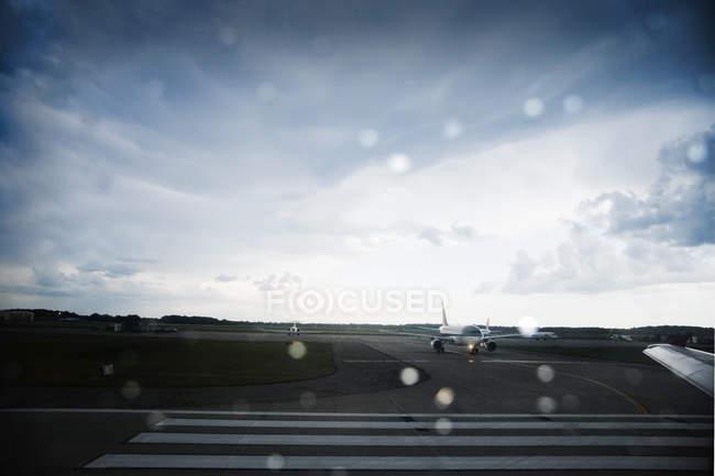 Avião em pista no aeroporto de Xangai, China, Ásia — Fotografia de Stock