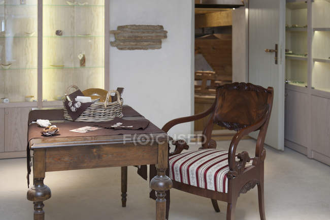 Bureau classique et vitrines de Vihula Manor, Vihula, Estonie — Photo de stock