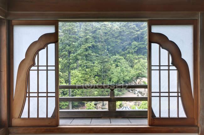 Японские двери патио храма с видом на лес, храм Дайшо-Ин, Хиросима, Япония — стоковое фото