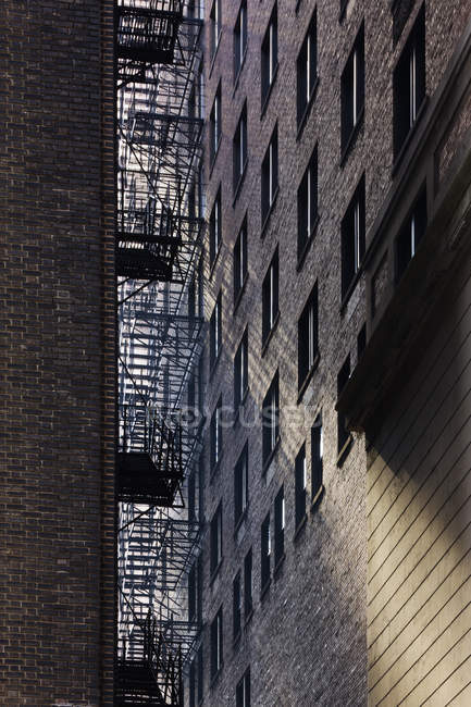 City alleyway between apartment buildings, Chicago, Illinois, USA — Stock Photo