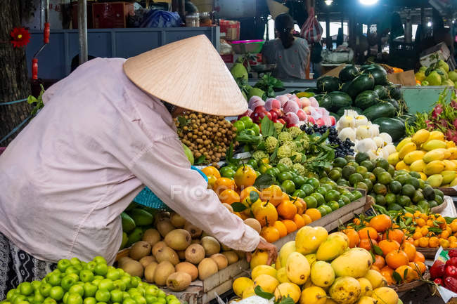 Vendors at fruits and vegetables stalls at local market in Hoi An, Vietnam. — Stock Photo
