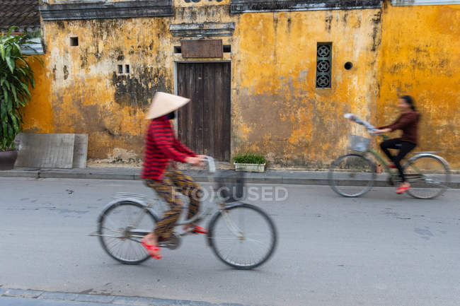 Motion blur of cyclists on ancient street in Hoi An, Vietnam. — Stock Photo