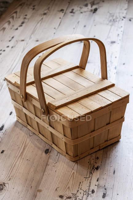Blick auf den hölzernen Picknickkorb auf dem Holzboden. — Stockfoto