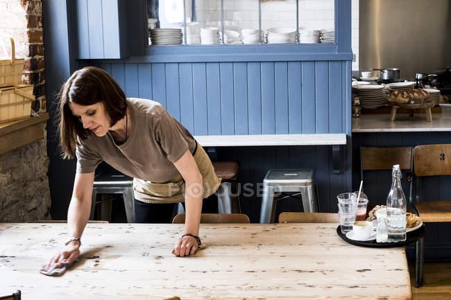 Официантка уборщица и уборщица в кафе . — стоковое фото