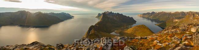 Cenário das montanhas e da água em consoles de Lofoten, Noruega, Europa. — Fotografia de Stock