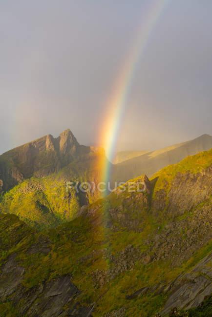 Arcobaleno in montagna sull'isola di Senja, contea di Troms, Norvegia, Europa . — Foto stock