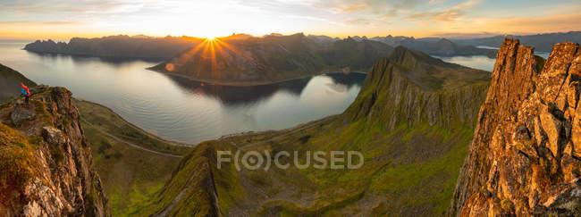 Закат над горами на острове Сенья, уезд Тромс, Норвегия, Европа . — стоковое фото