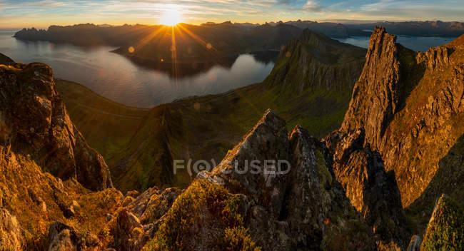 Nascer do sol sobre montanhas e Fjord, console de Senja, Tromso, Noruega, Europa. — Fotografia de Stock