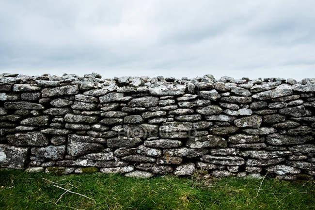 Parede de pedra seca velha sob céu nublado, Cornualha, Inglaterra, Reino Unido . — Fotografia de Stock