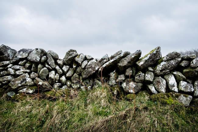 Частично разрушенная каменная стена, Корнуолл, Англия, Великобритания . — стоковое фото