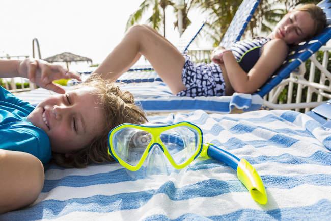 Маска для сноркеля на игрушке на фоне детей — стоковое фото