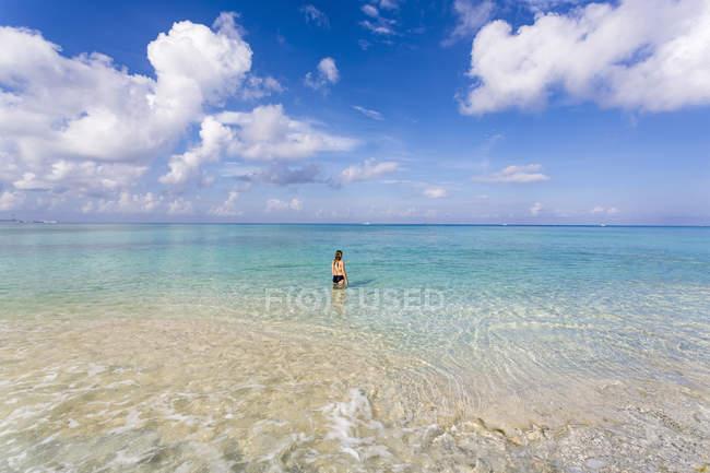 Teenager-Mädchen steht im Ozeanwasser, Grand Cayman Island. — Stockfoto