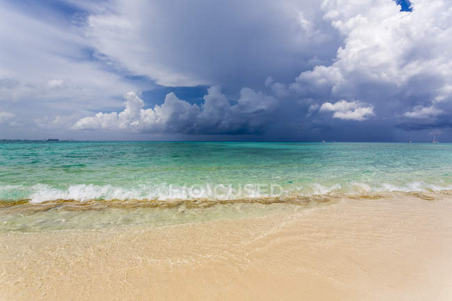 Beach on tropical island and view over turquoise sea. — Stock Photo