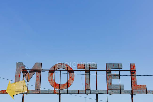 Винтажная ржавая табличка с синим небом над головой, округ Уитмен, Палуз, Вашингтон, США . — стоковое фото