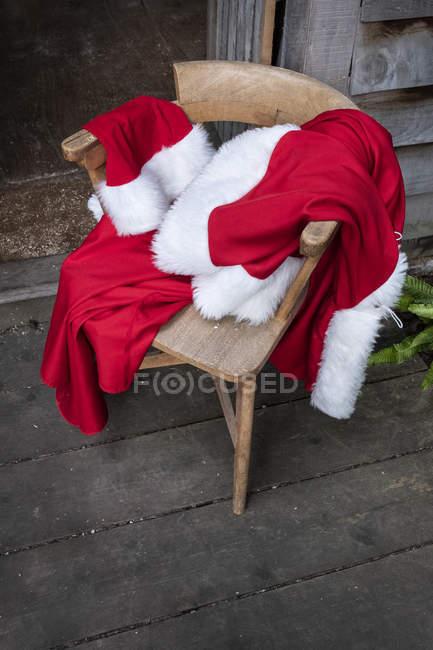 Високий кут Вигляд костюма Санта Клауса на стілець.. — стокове фото