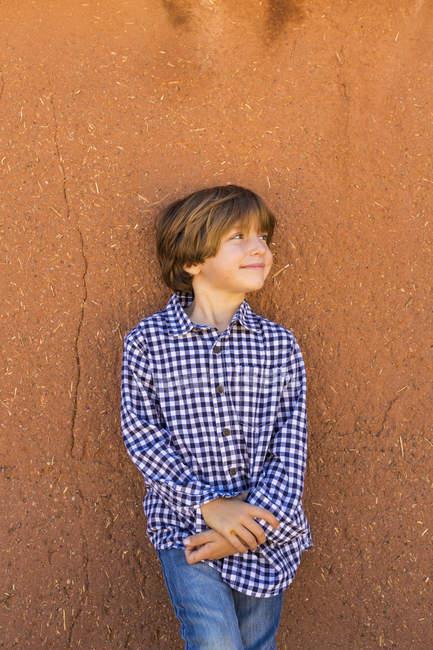 Портрет підлітка проти стіни саману. — стокове фото