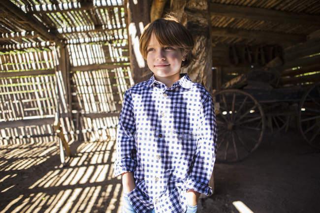 Ritratto di bambino in età elementare in contrasto luce e ombra — Foto stock