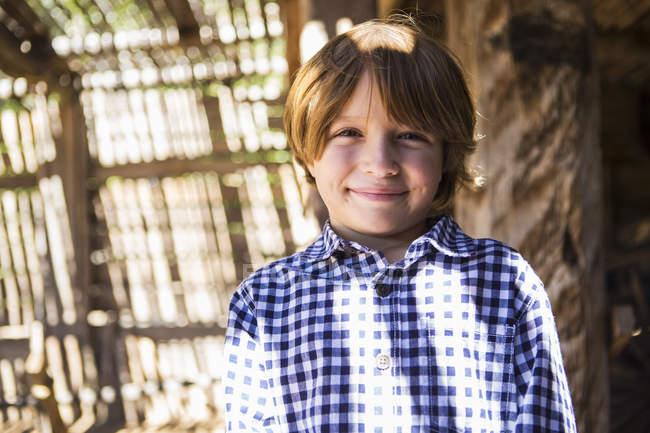 Portrait de pré-adolescent garçon en contraste lumière et ombre — Photo de stock