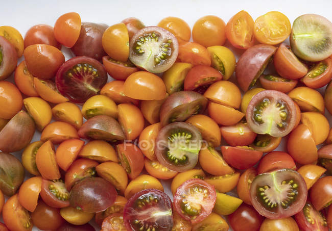 Наріж нарізаних веретенових помідорів, повний рама. — стокове фото