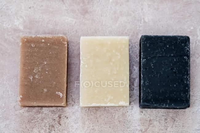 Primer plano de ángulo alto de tres barras caseras de jabón . - foto de stock
