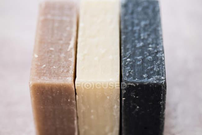 Primer plano de tres barras caseras de jabón . - foto de stock