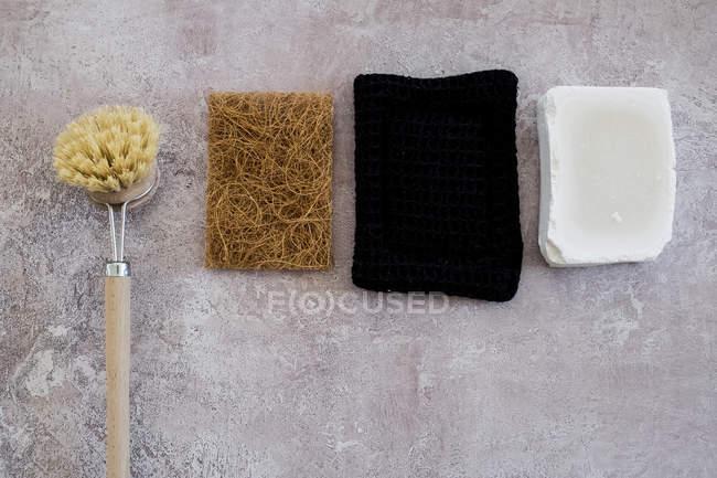 Vista de alto ángulo de cepillo de lavado de madera, jabón y esponjas . - foto de stock