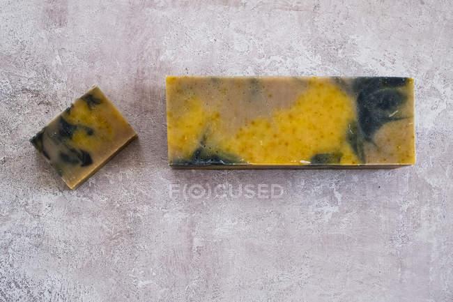 Gran ángulo de primer plano de amarillo y negro barra casera de jabón . - foto de stock