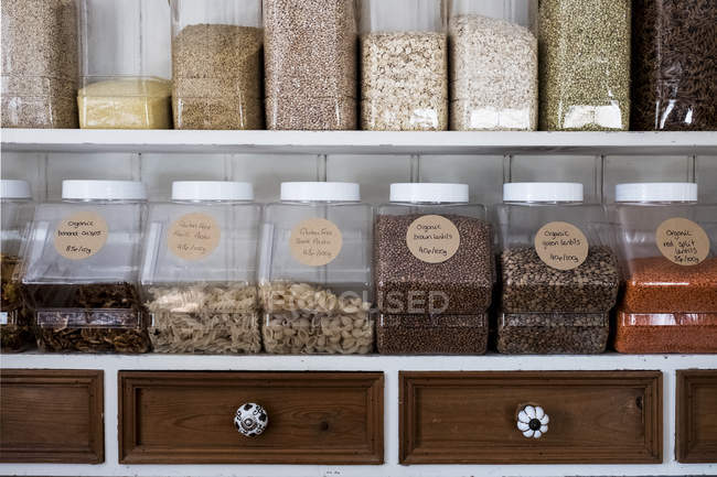Close-up of shelves with a selection of pasta, legumes and grains in glass jars. — Stock Photo