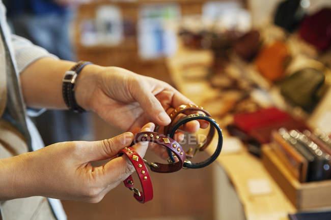 Крупный план женщины, стоящей в кожаном магазине с кожаными браслетами . — стоковое фото