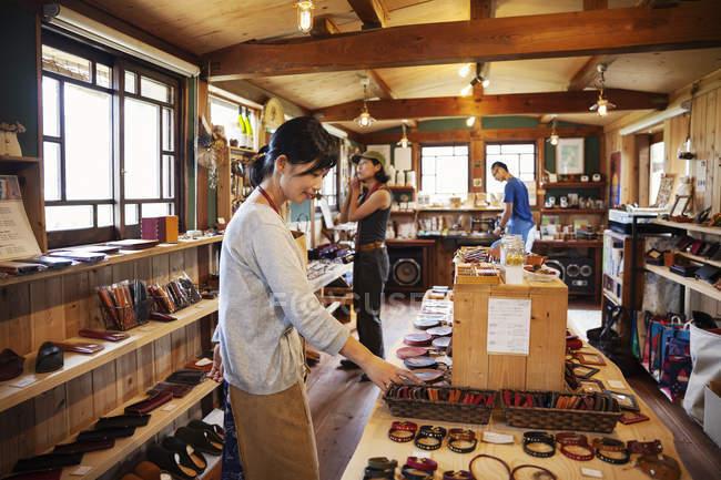 Дві жінки з Японії стоять у шкіряній крамниці.. — стокове фото