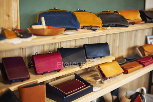 Close-up of leather handbags on a shelves in a leather shop. — Stock Photo