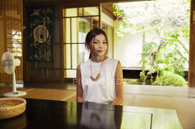Japanese woman sitting in Buddhist temple. — Stock Photo