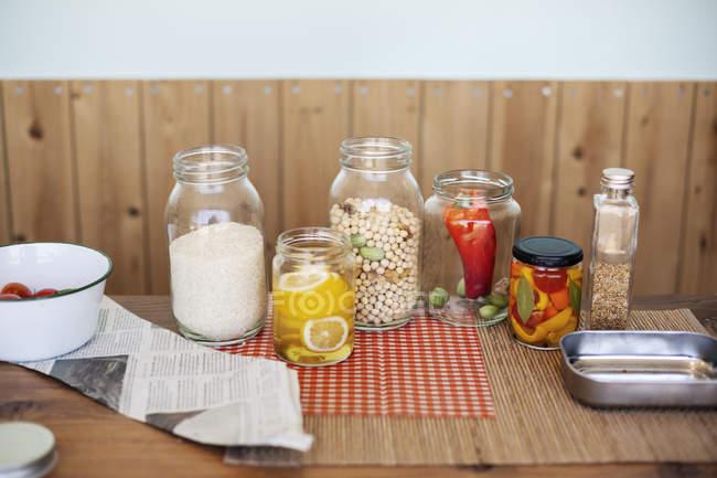 Close-up de uma seleção de alimentos e condimentos em frascos de vidro em uma loja de fazenda . — Fotografia de Stock