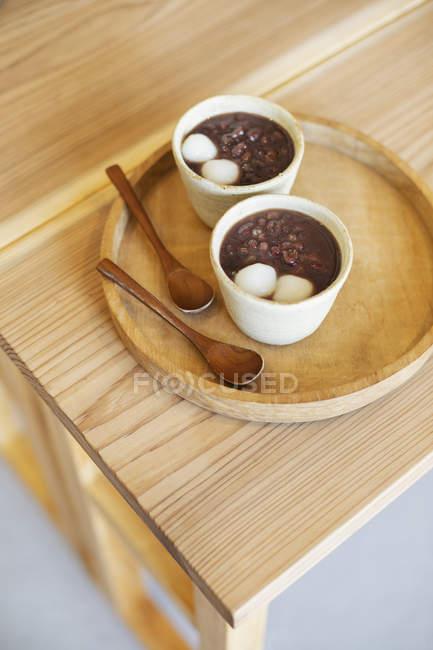 Високий кут близько до двох чашок вегетаріанської японської їжі в кафе.. — стокове фото