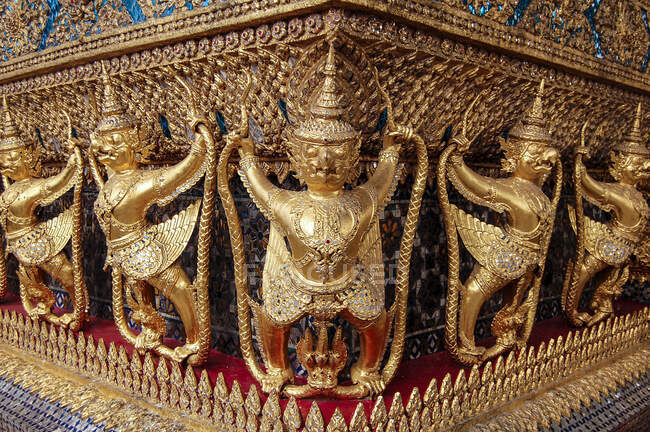 Close up of statues at the golden shrine at Wat Pho Buddhist temple complex in the Phra Nakhon District, Bangkok. — Stock Photo