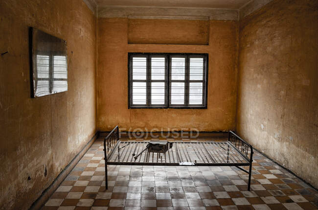 Interior view of prison cell at the Tuol Sleng Genocide Museum, Phnom Penh, Cambodia. — Stock Photo