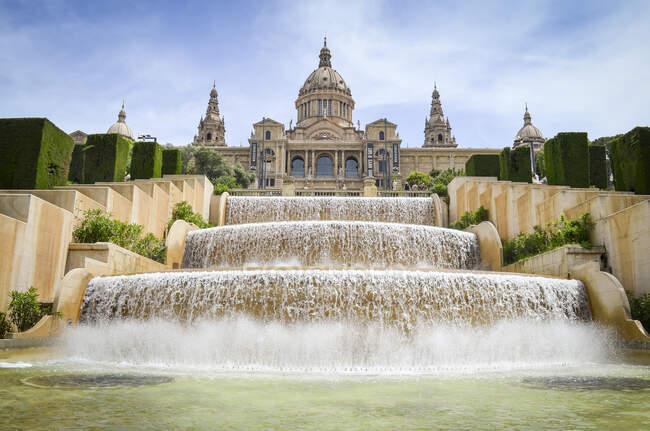 La fontana magica con il Museo Nazionale d'Arte della Catalogna sullo sfondo, Barcellona, Catalogna, Spagna. — Foto stock