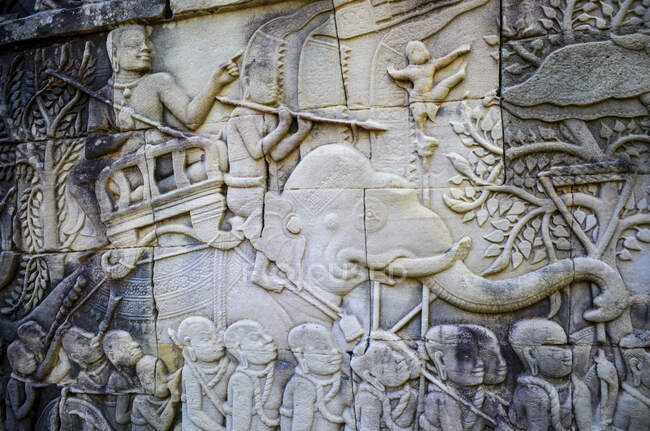 Angkor Wat, a 12th century historic Khmer temple and UNESCO world heritage site. Arches and carved stone bas relief panels with scenes from Khmer cultural history. — Stock Photo