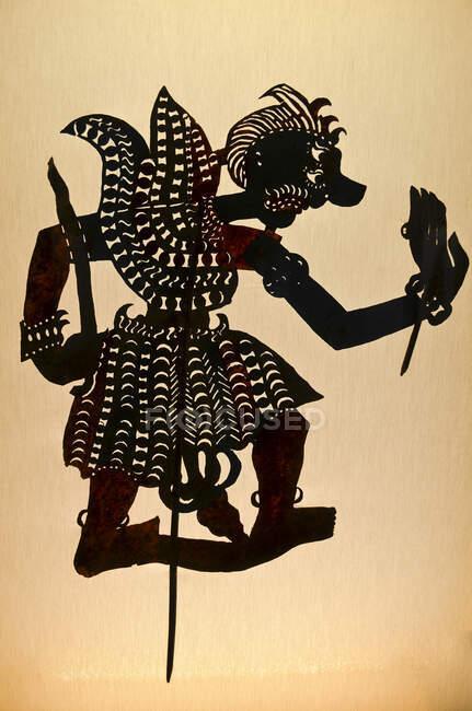 Silhueta de um fantoche sombra, uma forma unida de um guerreiro, um fantoche de caminho da cultura indonésia. Portugal, 2013 — Fotografia de Stock