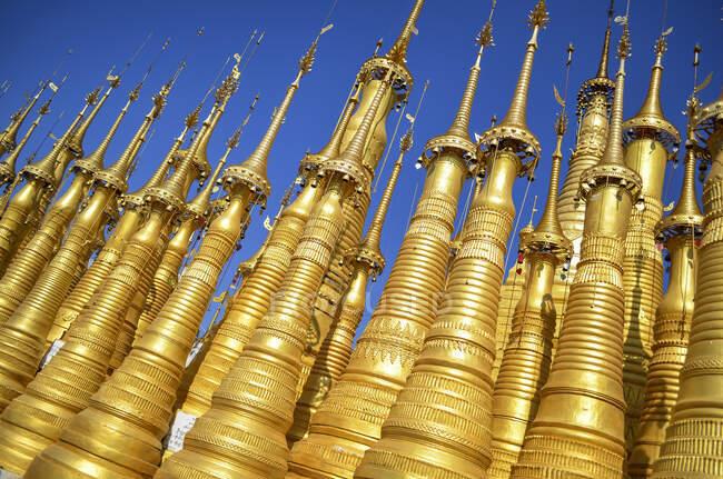 Золотые ступы буддистского искушения Шве Инн Тхапая, озеро Инле, Мьянма — стоковое фото