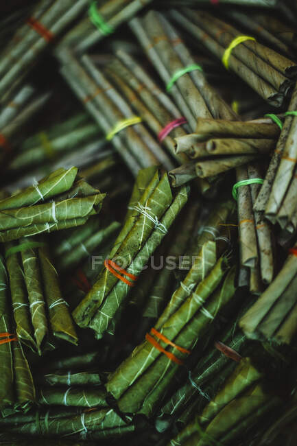 High angle close up bundle di sigarette beedi, tabacco avvolto in foglie verdi e legato con stringhe. — Foto stock