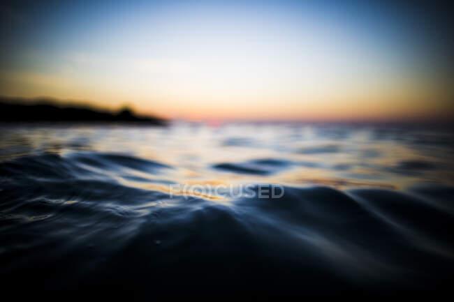 Close up vista de superfície do oceano ao pôr do sol . — Fotografia de Stock